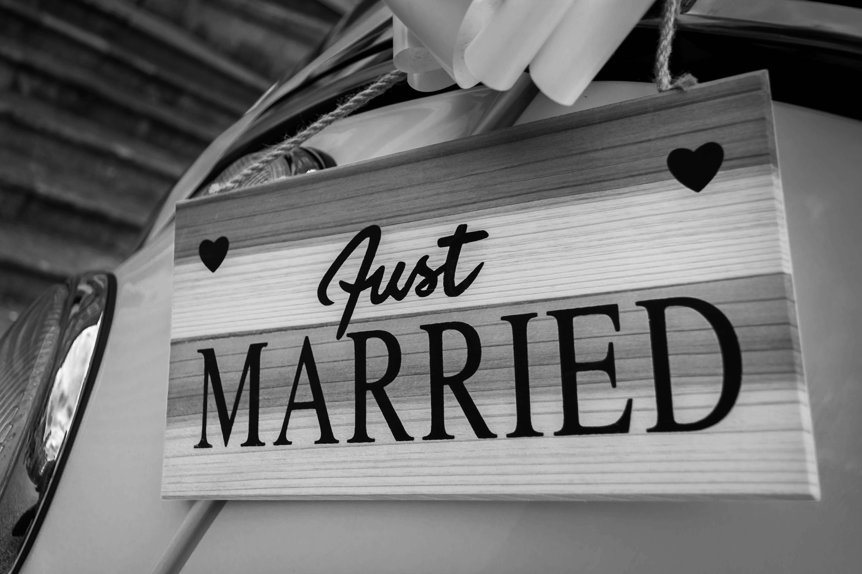 שלט התחתנו