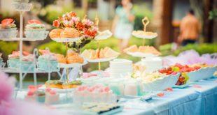 תכנון בר מצווה עוגות על שולחן